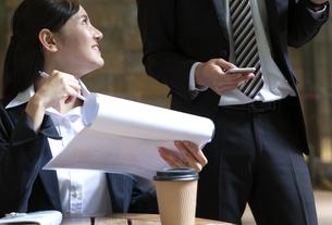 打ち合わせをするビジネスマンとビジネスウーマンの写真素材 [FYI03398716]
