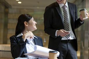 打ち合わせをするビジネスマンとビジネスウーマンの写真素材 [FYI03398717]