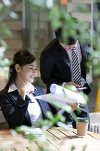 打ち合わせをするビジネスマンとビジネスウーマンの写真素材 [FYI03398718]