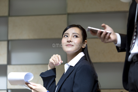 打ち合わせをするビジネスマンとビジネスウーマンの写真素材 [FYI03398722]
