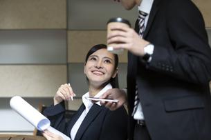 打ち合わせをするビジネスマンとビジネスウーマンの写真素材 [FYI03398723]