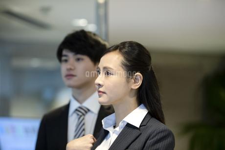 遠くを見るビジネスウーマンとビジネスマンの写真素材 [FYI03398725]