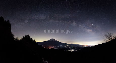富士山と天の川 日本 静岡県 富士宮市の写真素材 [FYI03398731]