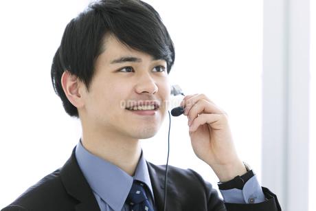 インカムをつけたビジネスマンの写真素材 [FYI03398734]
