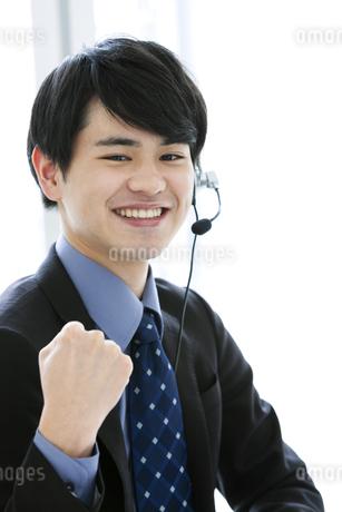 インカムをつけたビジネスマンの写真素材 [FYI03398736]