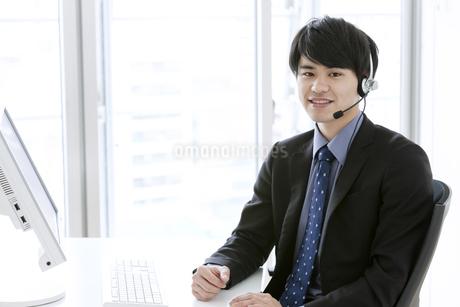 インカムをつけたビジネスマンの写真素材 [FYI03398742]