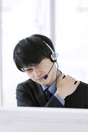 肩に手をあてるビジネスマンの写真素材 [FYI03398751]