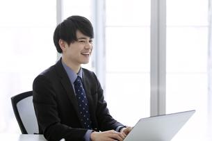 ノートパソコンを操作するビジネスマンの写真素材 [FYI03398756]