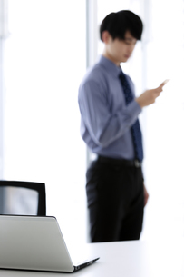 スマートフォンを操作するビジネスマンの写真素材 [FYI03398758]