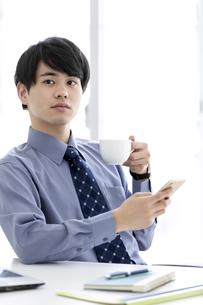 スマートフォンを持つビジネスマンの写真素材 [FYI03398761]