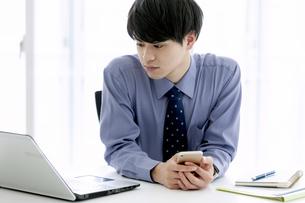 ノートパソコンを見るビジネスマンの写真素材 [FYI03398765]