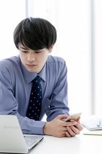ノートパソコンを見るビジネスマンの写真素材 [FYI03398766]