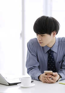 ノートパソコンを見るビジネスマンの写真素材 [FYI03398767]