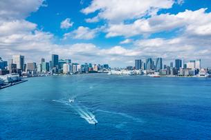 東京湾 晴海埠頭と船の写真素材 [FYI03399081]