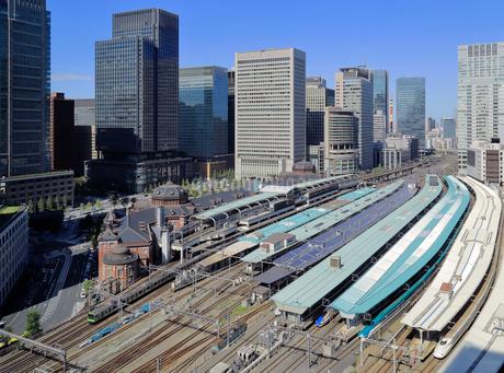東京駅と丸の内のオフィスビル群の写真素材 [FYI03399084]