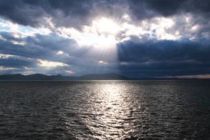 サロマ湖の夕景 斜光の写真素材 [FYI03399329]
