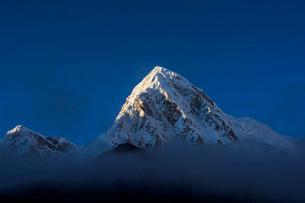 雲で隠れるエベレストの写真素材 [FYI03399355]