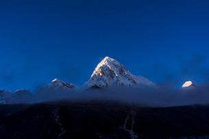 雲で隠れるエベレストの写真素材 [FYI03399356]
