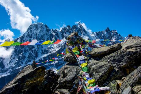 エベレストの山々とタルチョの写真素材 [FYI03399385]