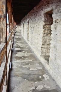 ヘルマン塔城壁上に巡らされている屋根のある回廊・旧市街は世界遺産の写真素材 [FYI03399417]