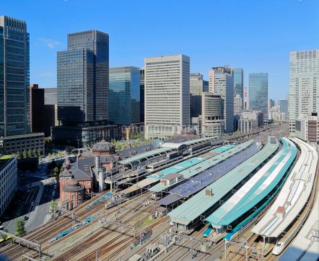 JR東京駅と丸の内のオフィスビル群の写真素材 [FYI03399524]