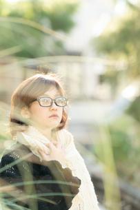 マフラーのメガネ女性の写真素材 [FYI03399641]