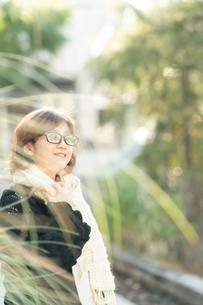 マフラーのメガネ女性の写真素材 [FYI03399642]