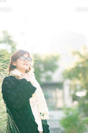 マフラーのメガネ女性の写真素材 [FYI03399643]