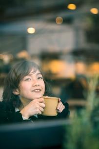 カフェの女性の写真素材 [FYI03399658]