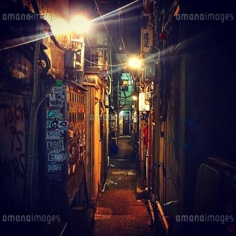 路地裏の写真素材 [FYI03399735]
