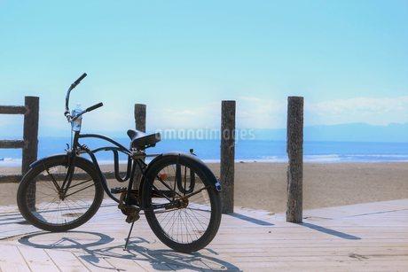 湘南の海とビーチクルーザーの写真素材 [FYI03399745]