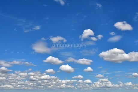 青空と白い雲の写真素材 [FYI03399757]