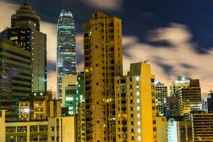 香港特別行政区の高層ビル群の夜景の写真素材 [FYI03399807]