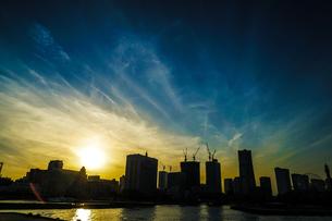 横浜市のビル群と夕景の写真素材 [FYI03399828]