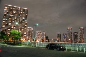 横浜・みなとみらいの夜景と高級車の写真素材 [FYI03399856]