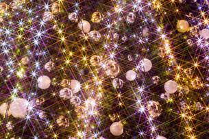 輝くクリスマスオーナメントの写真素材 [FYI03399894]