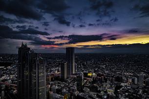 東京都庁の展望台から見える新宿の都市風景と夕景の写真素材 [FYI03399932]