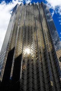 トランプタワーと青空(ニューヨーク)の写真素材 [FYI03399938]