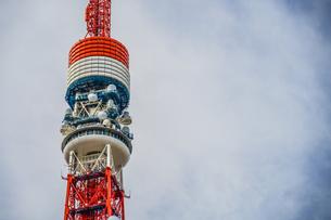 青空と東京タワー(一部工事中)の写真素材 [FYI03399942]