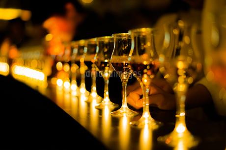 スタイリッシュなワイングラスのイメージの写真素材 [FYI03400003]