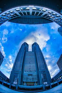 東京都庁と夕景の写真素材 [FYI03400005]