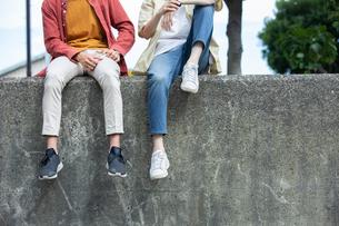 屋外で話す20代男性2人の写真素材 [FYI03400543]