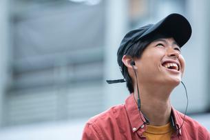 上を向き笑顔の20代男性の写真素材 [FYI03400611]
