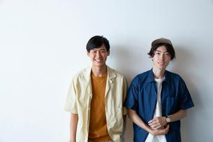 半袖の20代男性2人のポートレートの写真素材 [FYI03400685]