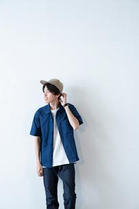 半袖の20代男性のポートレートの写真素材 [FYI03400691]
