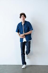 半袖の20代男性のポートレートの写真素材 [FYI03400693]