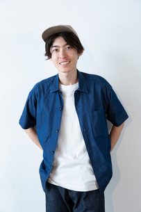 半袖の20代男性のポートレートの写真素材 [FYI03400697]