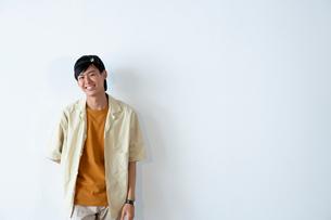 半袖の20代男性のポートレートの写真素材 [FYI03400704]