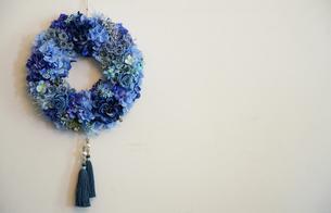 壁の花飾りの写真素材 [FYI03400750]