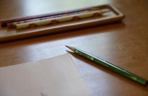 机の鉛筆と紙の写真素材 [FYI03400759]